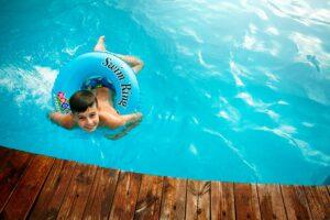 Junge mit Schwimmring im Pool
