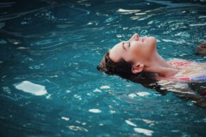 Floating im Pool mit Gegenstromanlage