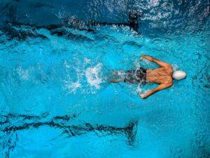 Leistungsschwimmer in Pool
