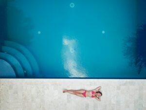 Ecktreppe in Pool