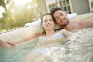 Paar genießt die Zeit im Whirlpool